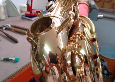 Golpe con abolladuras en saxofón alto re y do graves