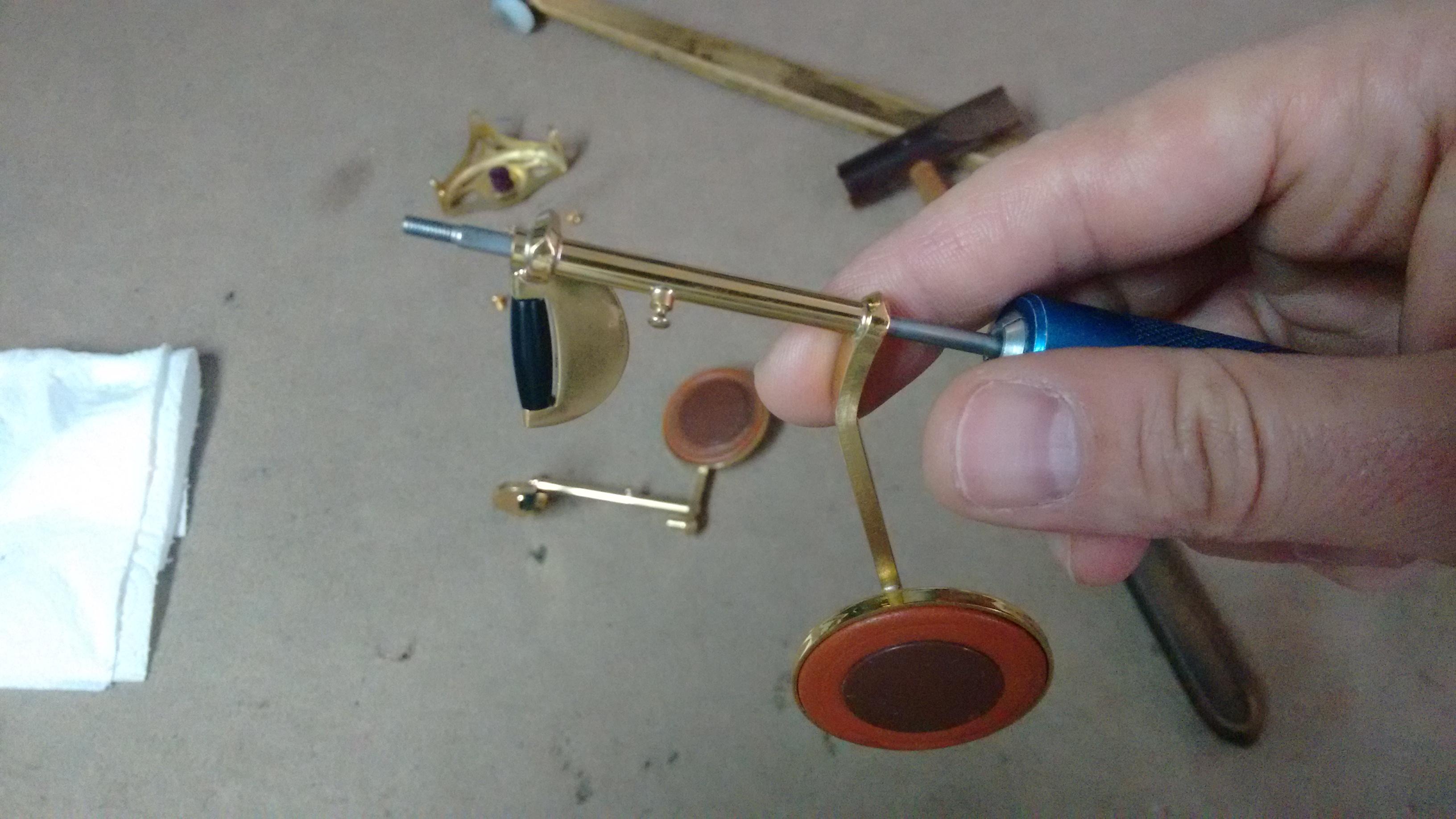 Asentando y enderezando el tornillo pasador junto con las llaves deformados por el golpe.