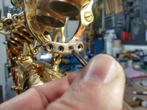 Enzapatillado completo de un saxo alto Yanagisawa