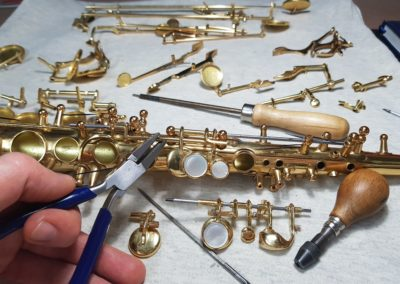 Enzapatillado completo de un saxo soprano
