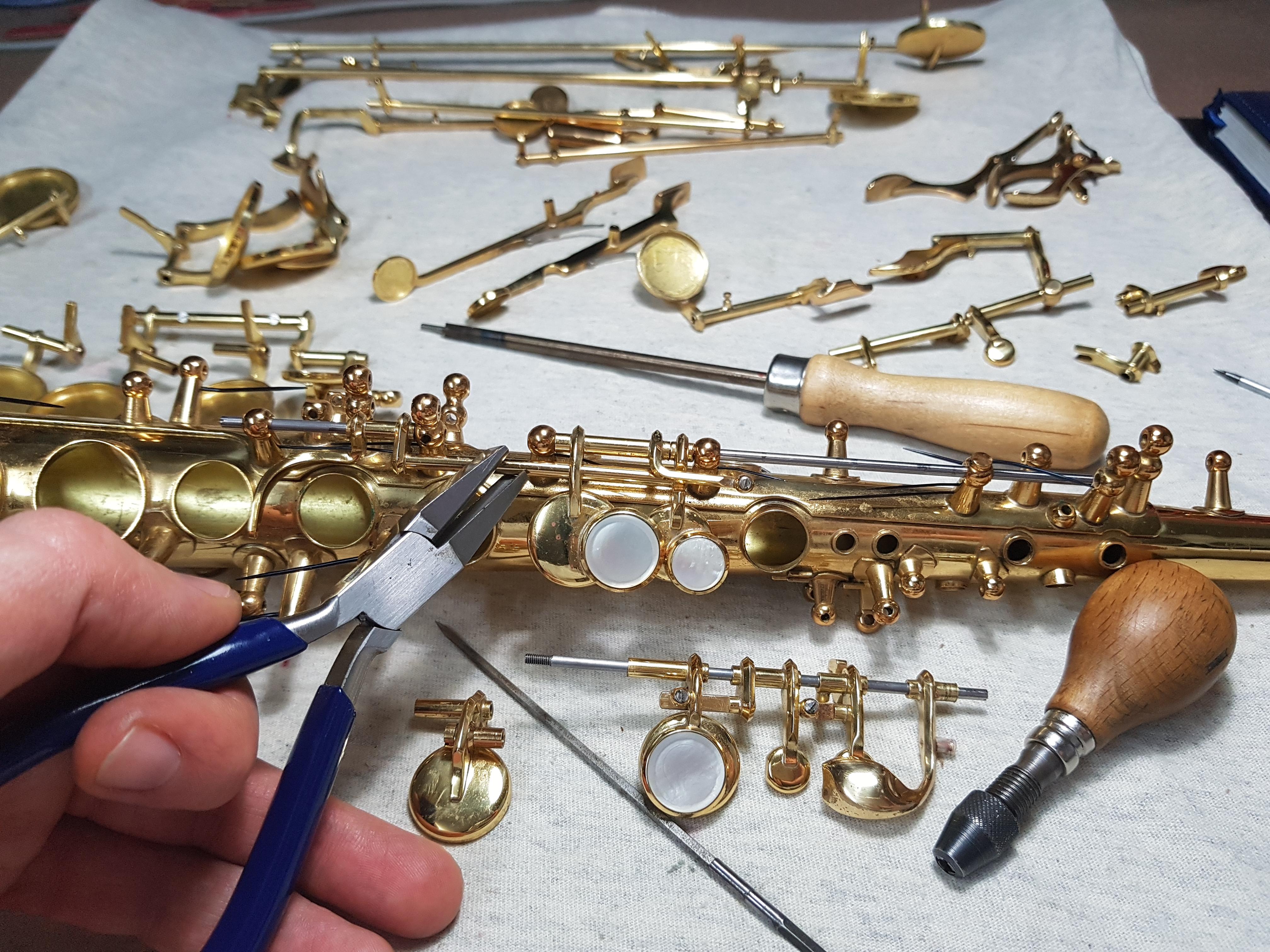 Quitando holguras de las llaves y mecanismos tras nivelar cazoletas y orificios
