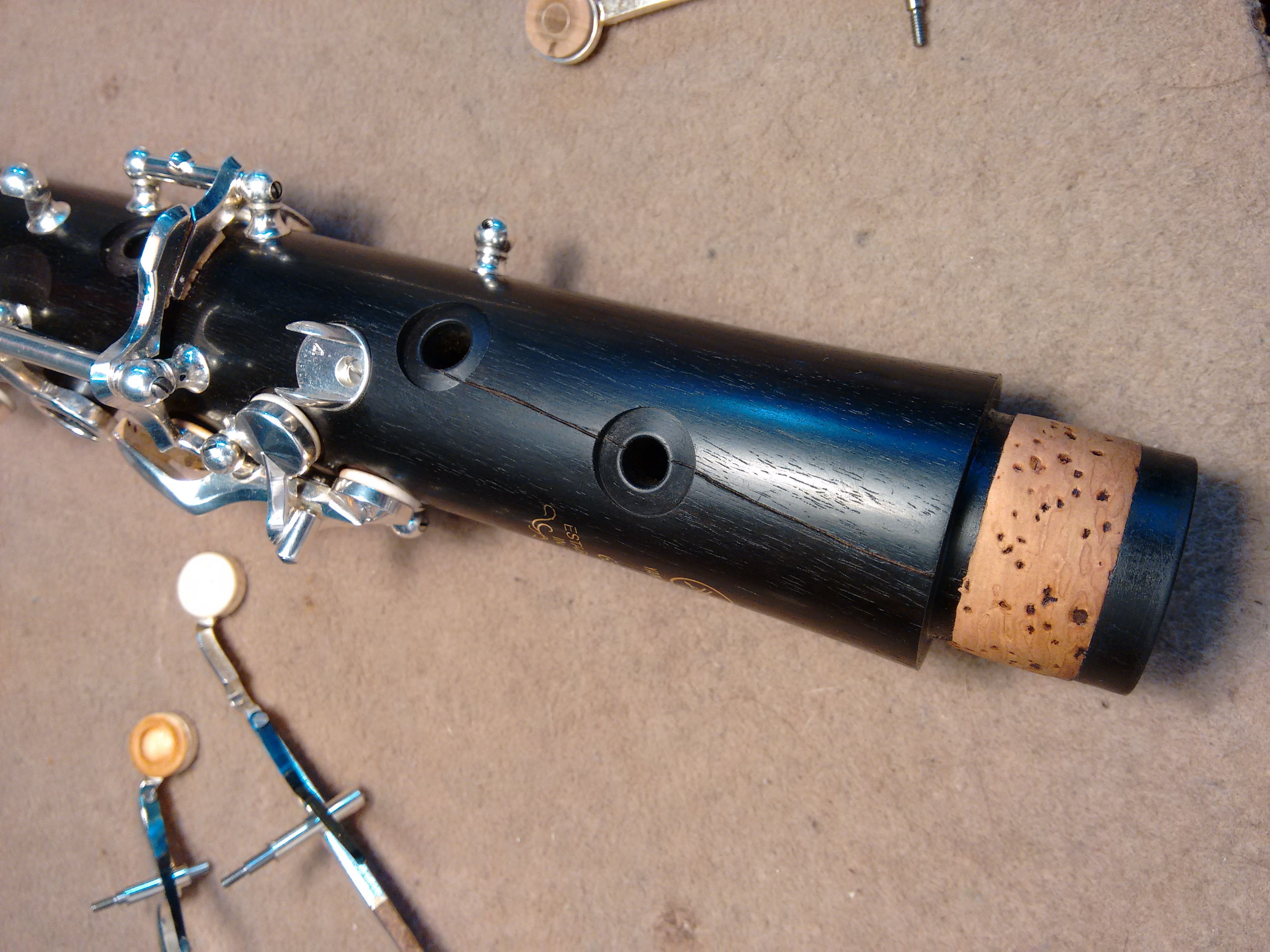 Raja en el cuerpo superior pasando por 2 orificios de un clarinete Yamaha YCL-650
