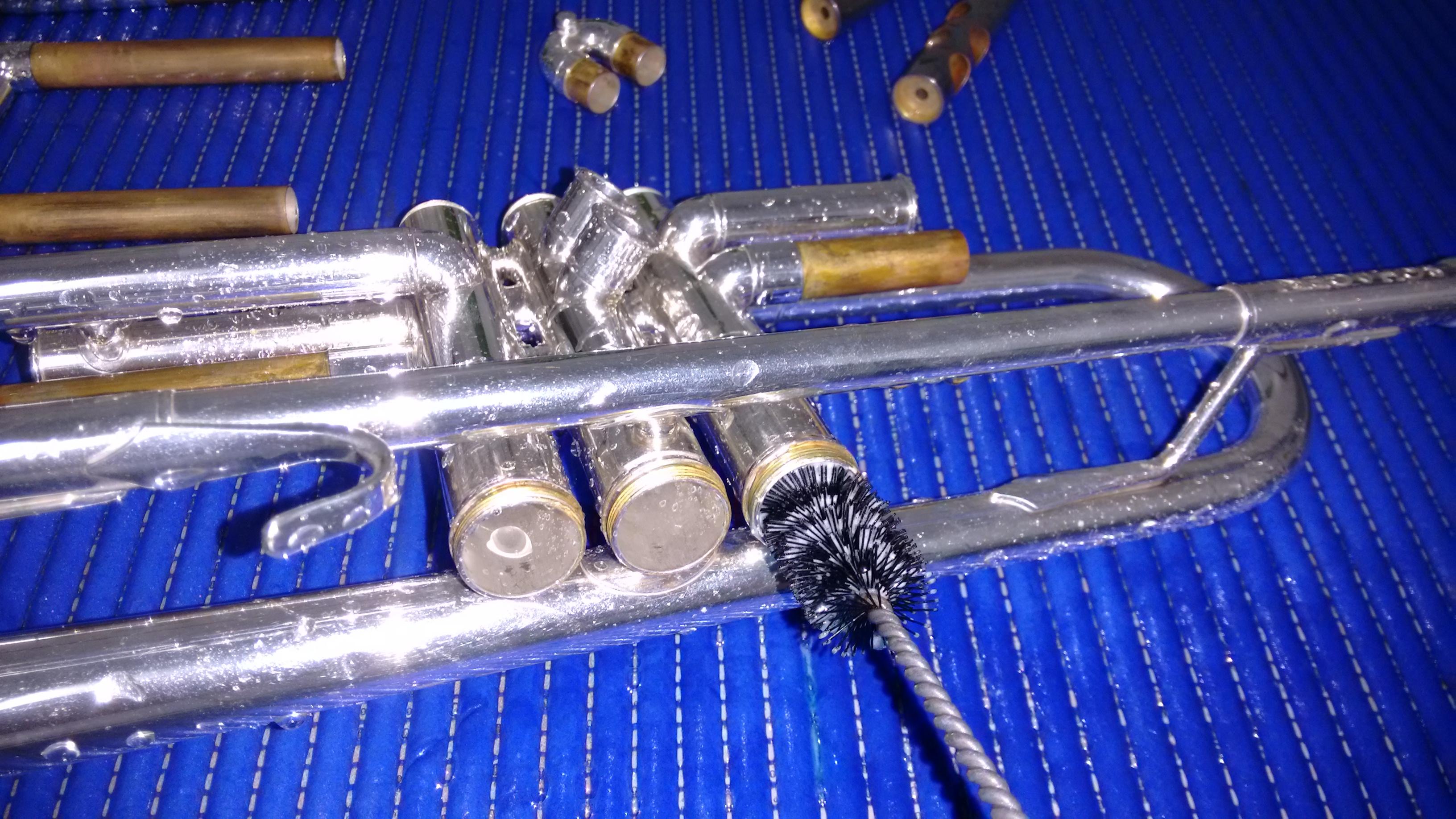 Limpieza del interior de la trompeta para quitar los restos del producto que se utiliza para asentar los pistones