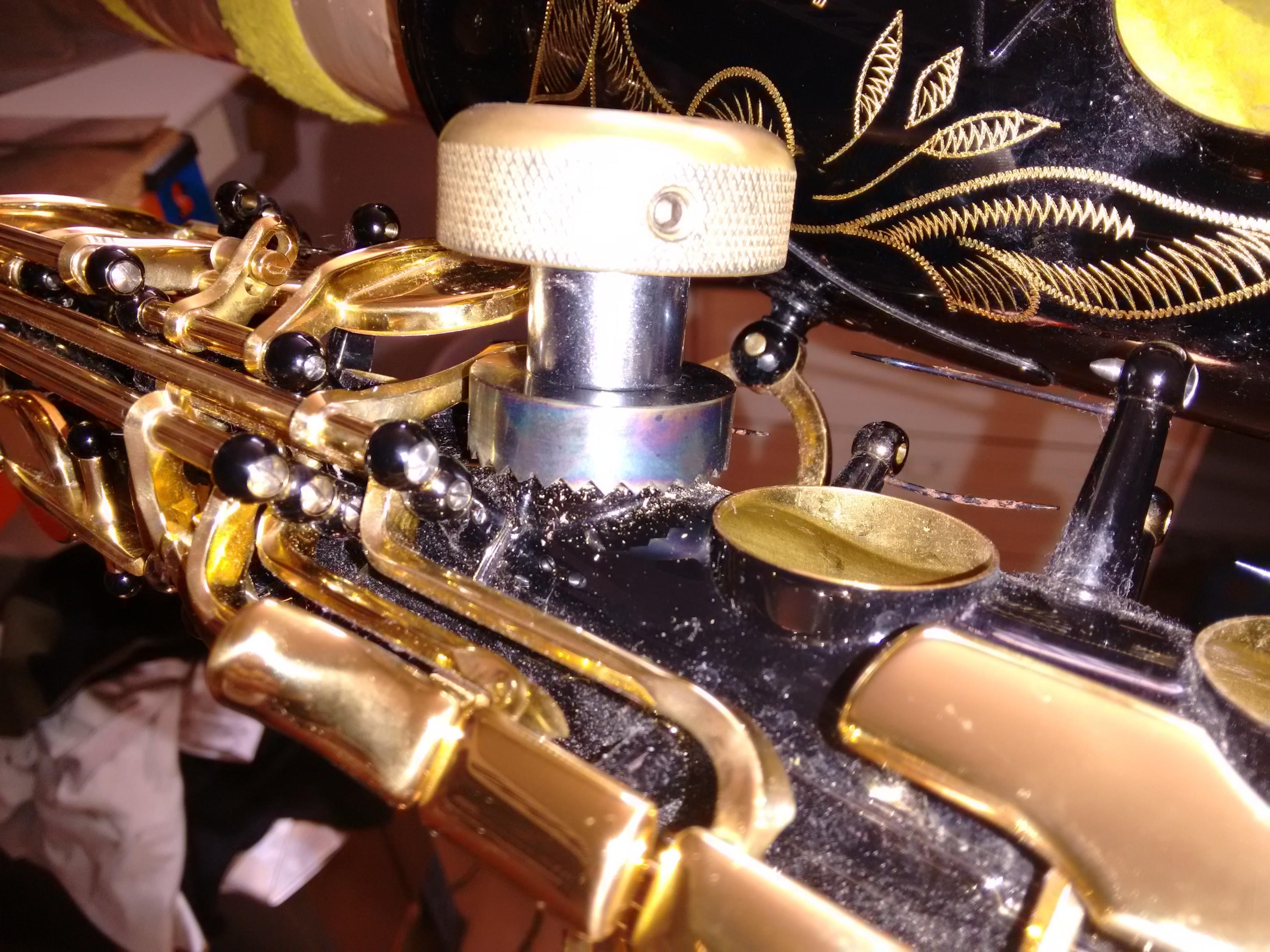 Rectificando el orificio de Fa articulado (mano derecha) de un saxo alto Yamaha YAS-875 EX