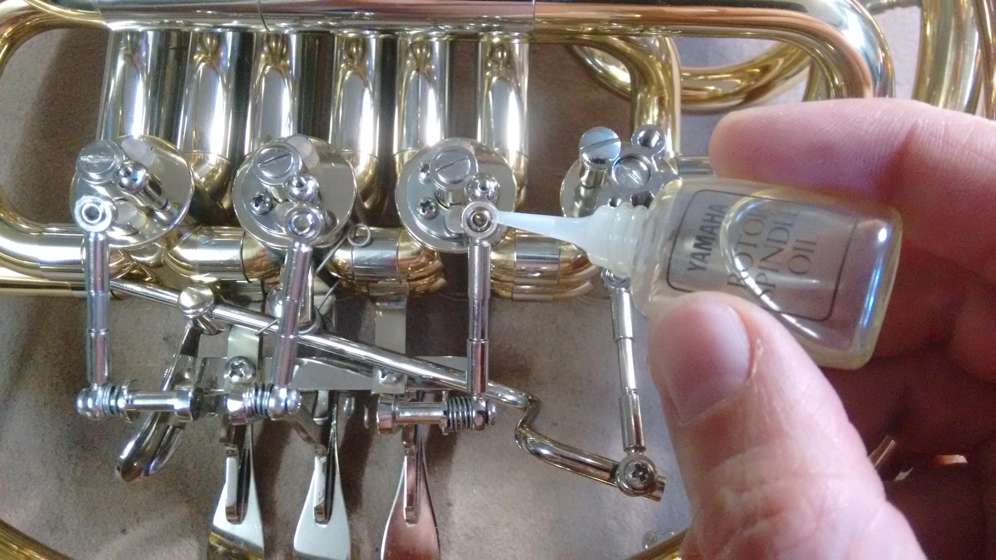 Engrasando puntos clave de la maquinaria como rótulas, espátulas y brazos articulados