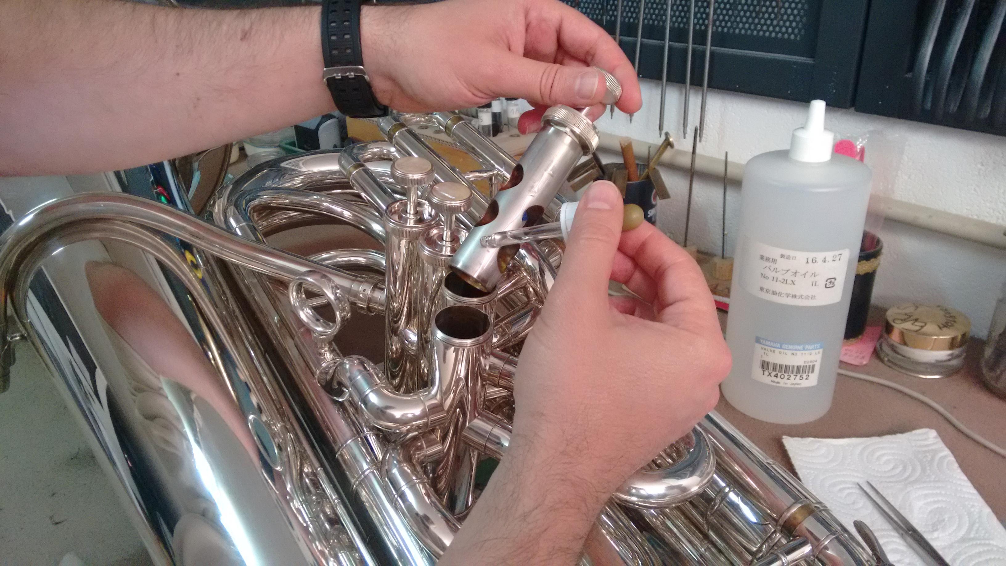 Montando, engrasando y calibrando los pistones de la maquinaria
